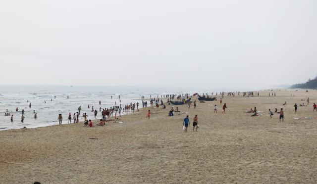 Người dân vẫn xuống tắm biển bất chấp lệnh cấm tụ tập