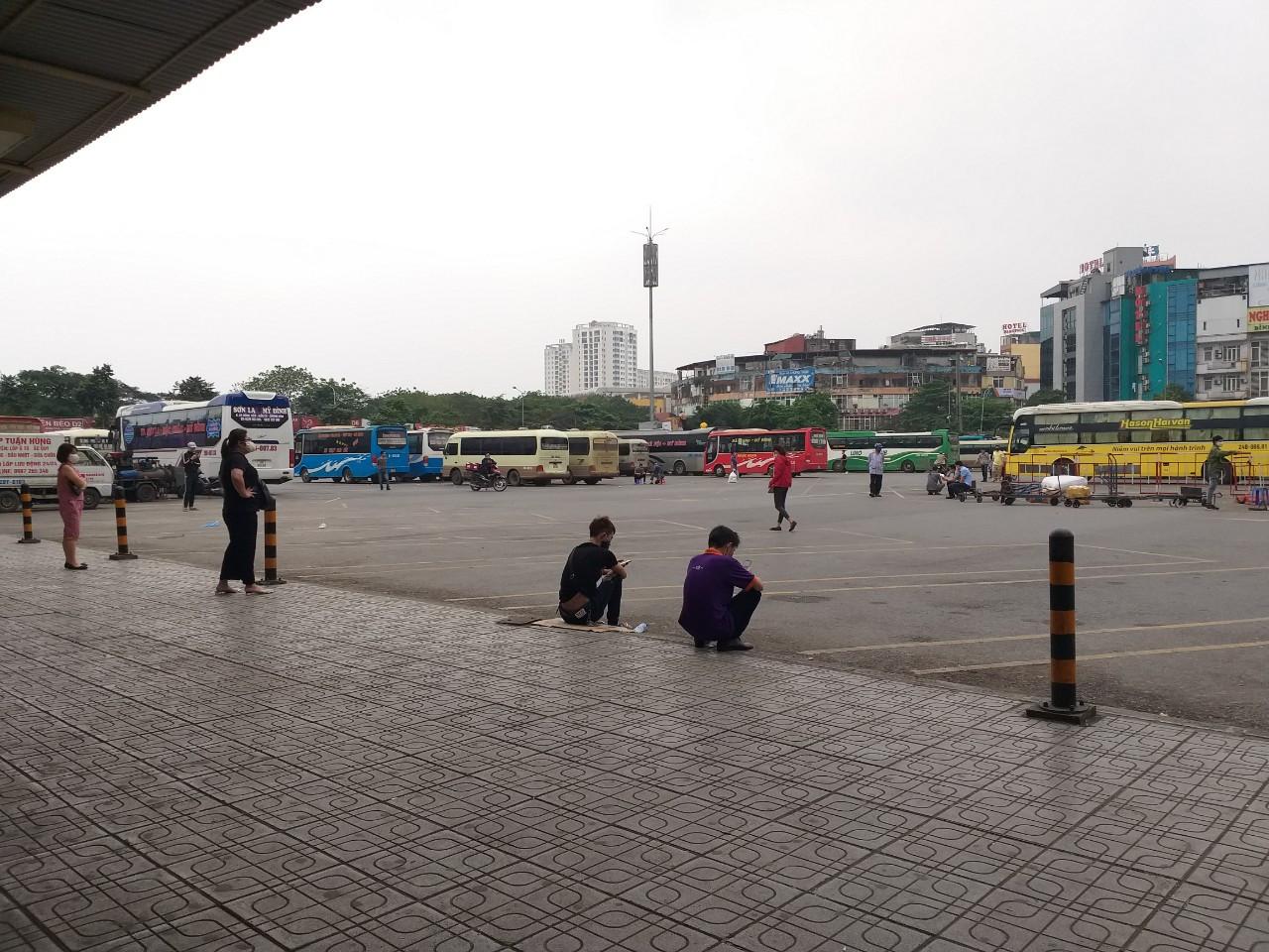 Phố phường Hà Nội, bến xe tĩnh lặng trong đợt cao điểm phòng dịch Covid-19