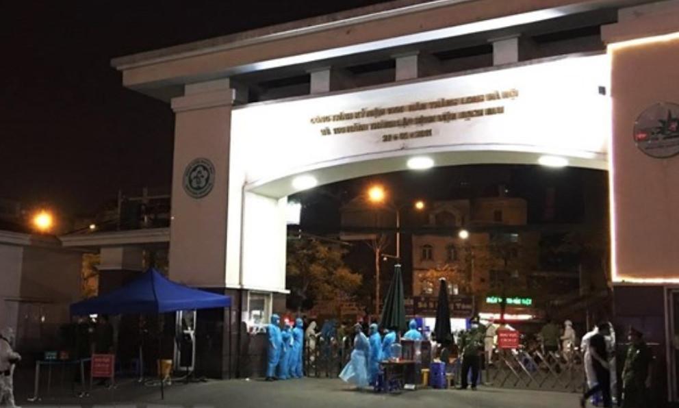 Quân đội phun khử trùng tiêu độc tại Bệnh viện Bạch Mai