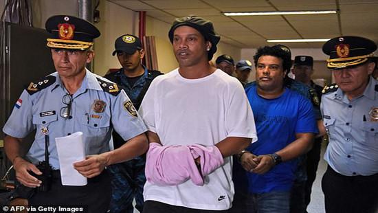"""Ronaldinho thoát cảnh """"ăn cơm"""" tù"""