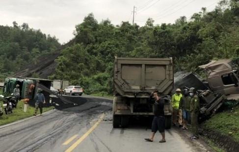 Nhiều xe tải nặng đâm liên hoàn, lật ngữa trên Quốc lộ 6