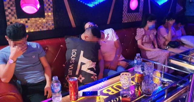 """11 đối tượng """"phê"""" ma túy trong quán karaoke giữa mùa dịch"""