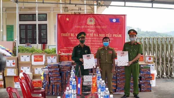 Công an Thừa Thiên-Huế tặng thiết bị phòng chống dịch cho Sở An ninh nước bạn Lào