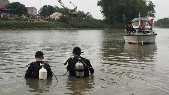 Trên đường chở vợ về nhà, chồng bất ngờ nhảy xuống sông tự tử