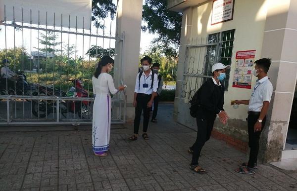 Học sinh Cà Mau ngồi cách nhau 2 mét trong ngày trở lại trường sau nghỉ dịch covid-19
