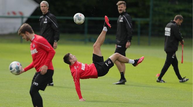 Ba cầu thủ dương tính với virus corona nhưng đội bóng Đức vẫn tập luyện bất chấp