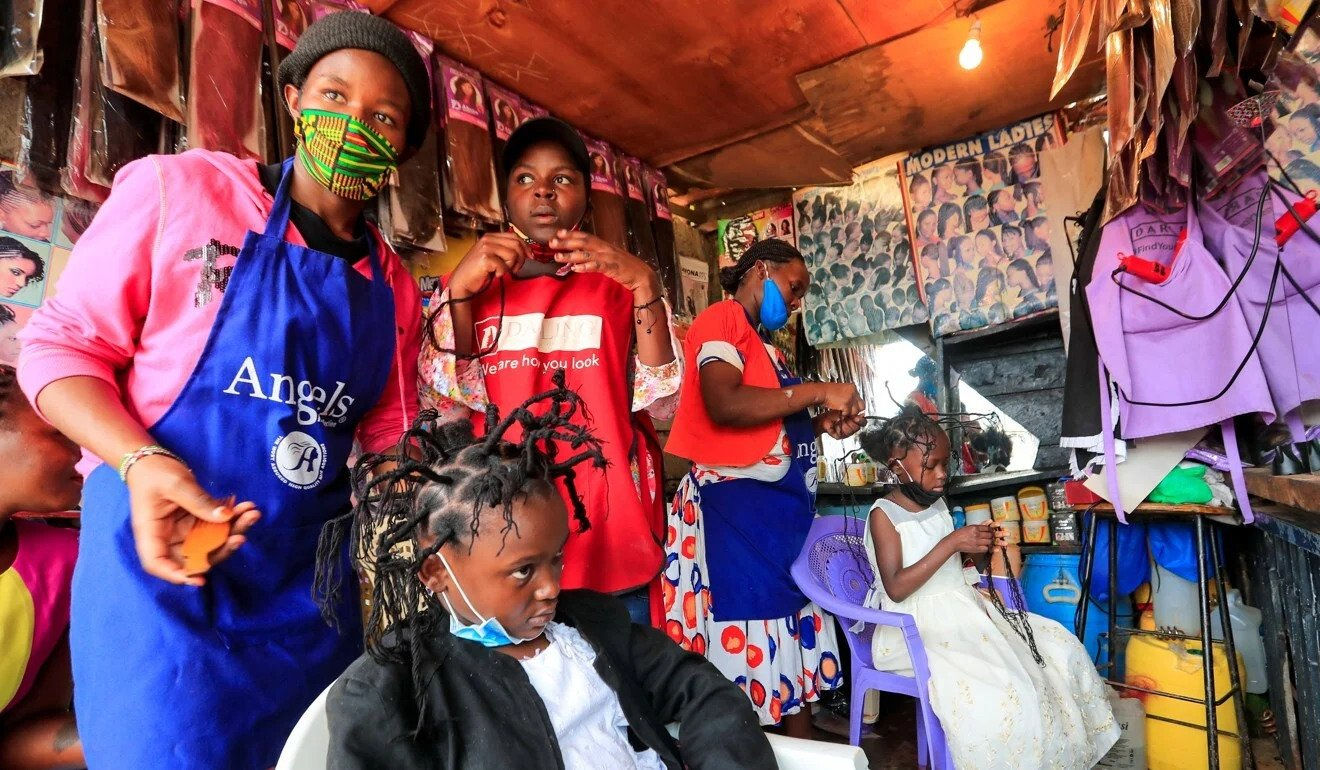 """Kiểu tóc """"virus Corona"""" nổi bật giữa đại dịch COVID-19 tại Kenya"""