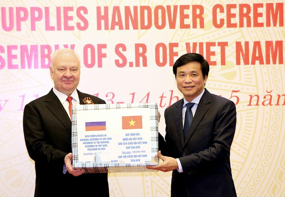 Quốc hội Việt Nam trao tặng vật tư y tế cho một số nghị viện và Tổ chức liên Nghị viện quốc tế