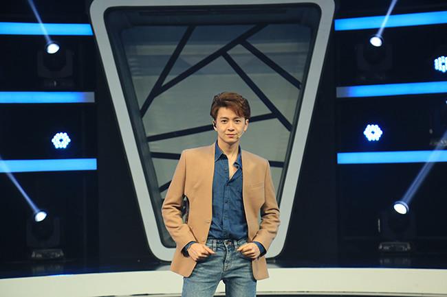 Ngô Kiến Huy mắc cỡ vì được khen đẹp trai trên sóng truyền hình