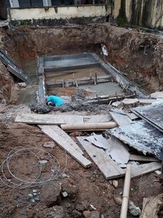 Thi công cây xăng không đảm bảo an toàn, đất nhiễm dầu đổ thẳng xuống sông