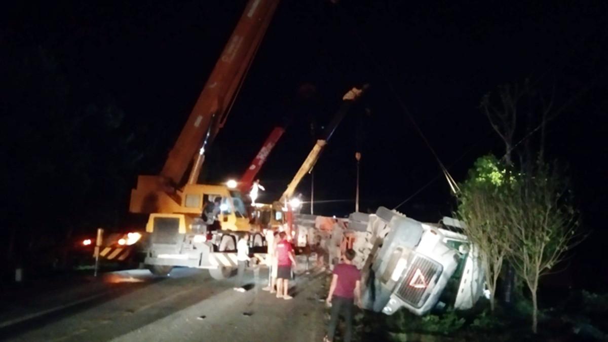 Xe khách bị container đè bẹp, 3 người tử vong tại chỗ