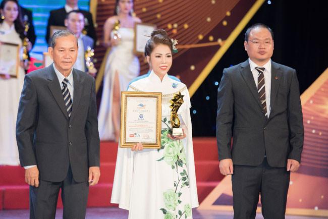 Doanh nhân Dương Bích Hảo nhận giải thưởng Top 10 -