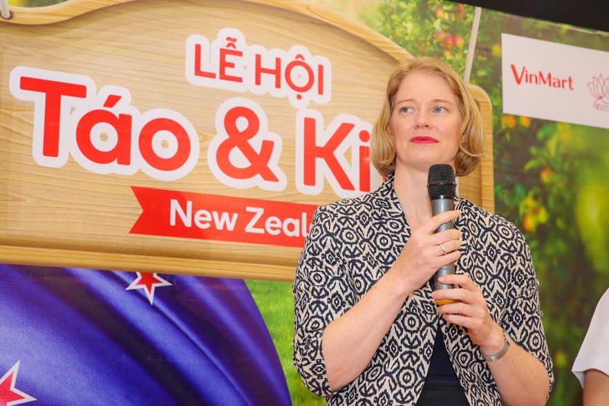 Đại sứ New Zealand thưởng thức táo và kiwi của đất nước mình ngay tại VinMart