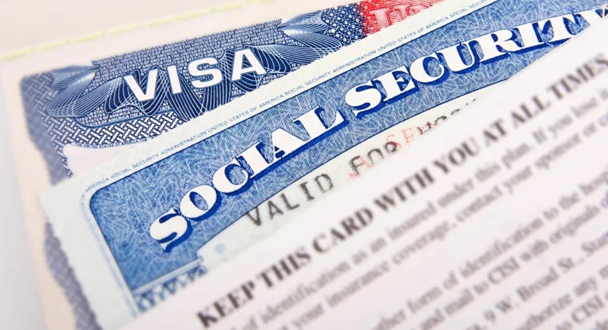Mỹ tạm dừng cấp thẻ xanh định cư đến cuối năm 2020