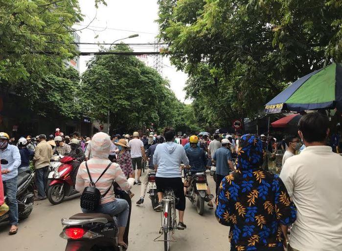 Chợ không họp, họp ngoài đường