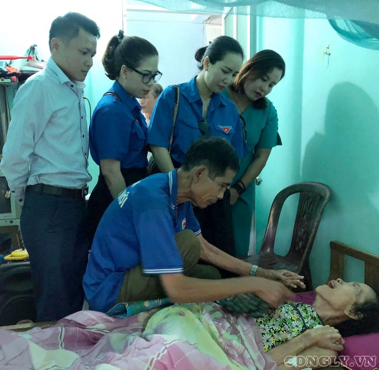 Đoàn Thanh niên Báo Công lý trao quà cho những hoàn cảnh đặc biệt khó khăn ở Quảng Trị
