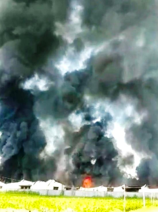 Cháy lớn tại kho sản xuất mui nệm ở Quảng Ngãi