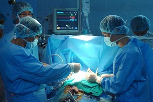 Ghép thận tự thân cứu nam bệnh nhân tắc động mạch thận giờ thứ 24