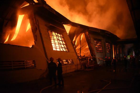 Bình Định: Gần 3000m2 nhà xưởng đồ gỗ cháy rụi, đổ sập