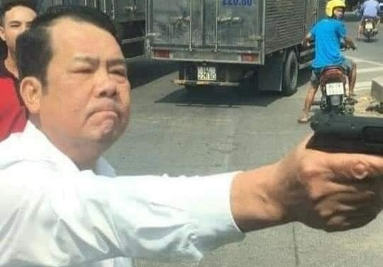 Triệu tập người đàn ông rút súng đe dọa tài xế xe tải