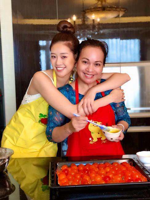 Hoa hậu Khánh Vân vào bếp làm bánh trung thu