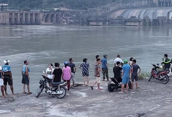 Tìm kiếm nam sinh mất tích khi tắm trên sông Đà