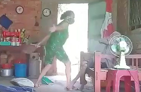 Khởi tố, bắt giam người phụ nữ hành hạ mẹ ruột ở Long An