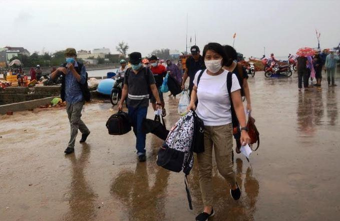 Lý Sơn hoàn tất việc đưa du khách rời đảo trước khi bão đổ bộ