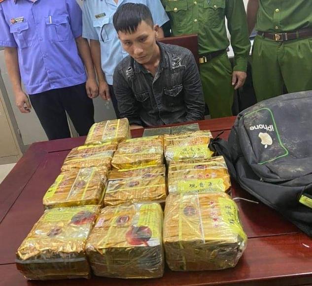 Vứt ba lô chứa 10kg ma túy rồi bỏ chạy