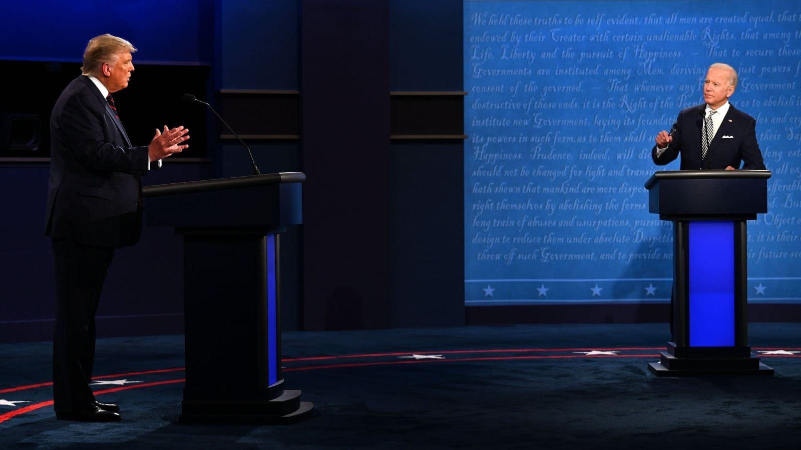 """Trump-Biden """"so găng"""" hiệp 1: Mất kiểm soát, không ai thắng ai!"""