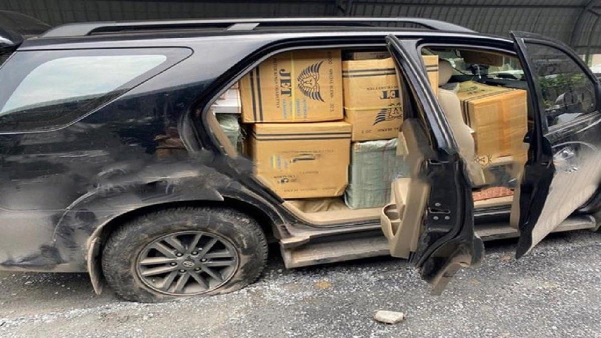 Ô tô chở hơn 13.000 gói thuốc lá lậu bỏ chạy sau khi gây tai nạn
