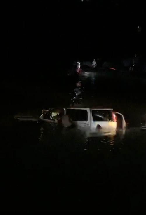 Ô tô 7 chỗ lao xuống sông, 5 người tử vong