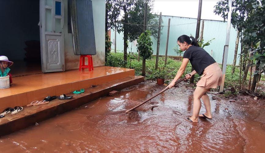 Nước từ bến xe Đức Long và dự án Công ty Bossco tràn vào nhà dân sau trận mưa lớn