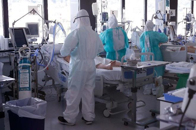Thuốc điều trị Covid-19 tại Anh thiếu hụt do số người nhiễm tăng cao
