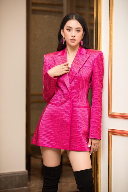 Tiểu Vy, Đỗ Mỹ Linh cùng hội chị em diện váy áo đủ màu dự họp báo
