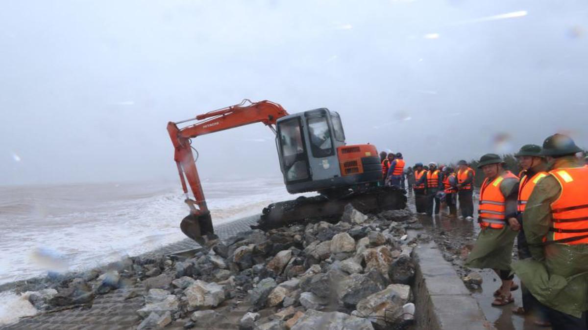 Nam Định: Sạt lở hai đoạn đê biển do ảnh hưởng bão số 7