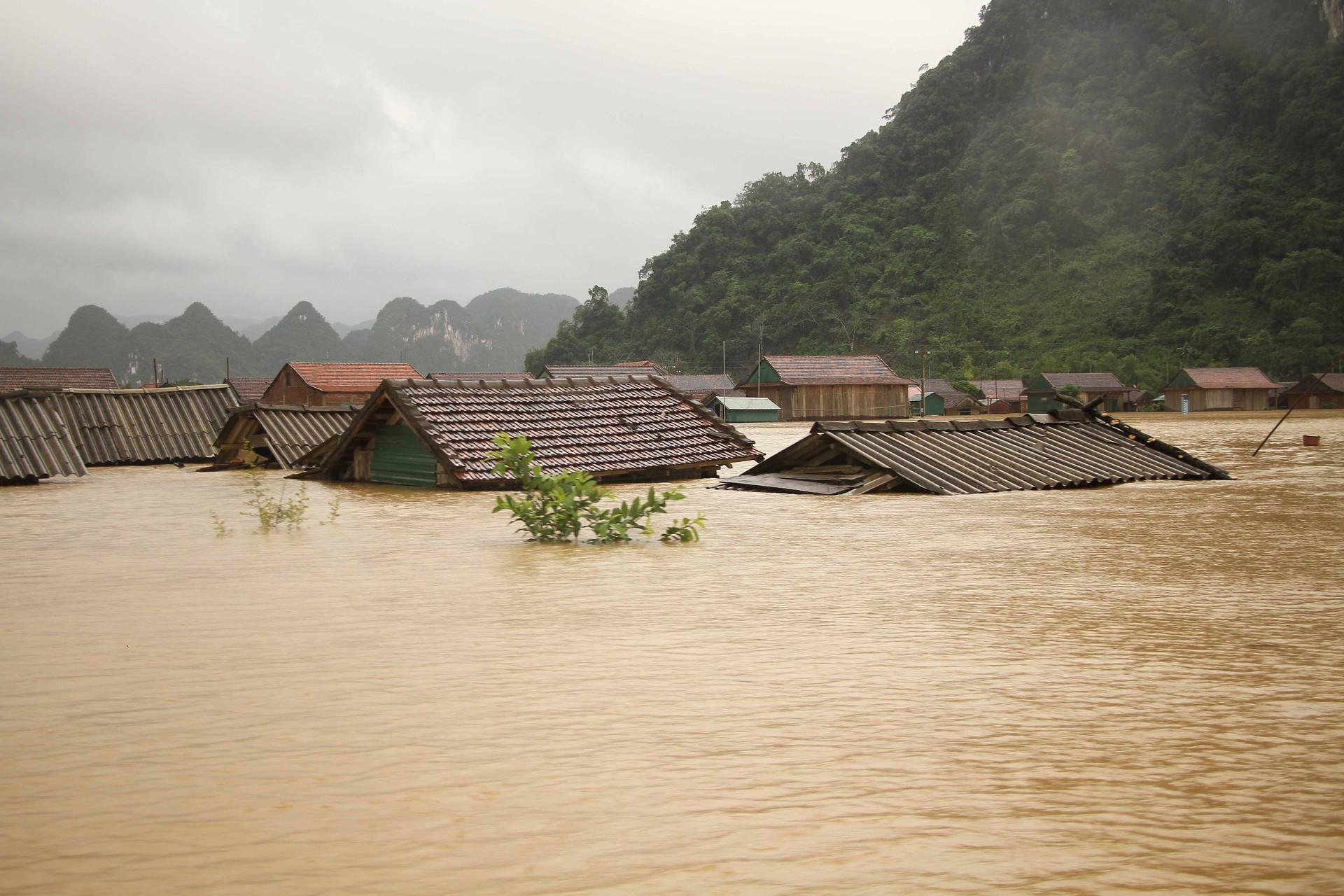 Quảng Bình: Hơn 34.100 nhà ngập lụt, giao thông ách tắc nghiêm trọng vì mưa lũ