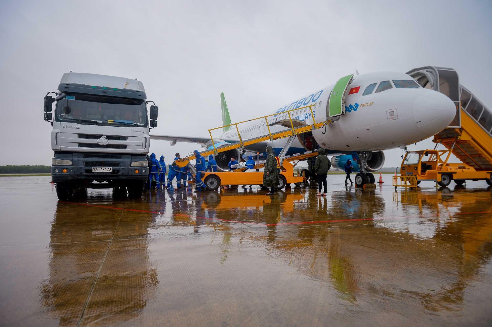 Chuyến bay đặc biệt của Bamboo Airways chở hàng cứu trợ hạ cánh miền Trung