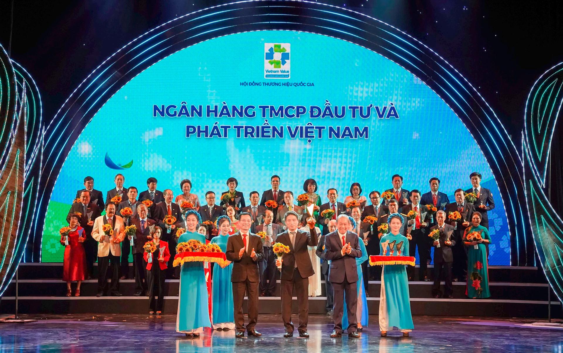 ong-tran-phuong-pho-tgd-dai-dien-bidv-nhan-bieu-trung-thuong-hieu-quoc-gia-2020-f.jpg