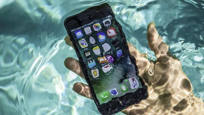 iphone-7-pool-tests-water-spla-5941-4681-1606792186.jpg