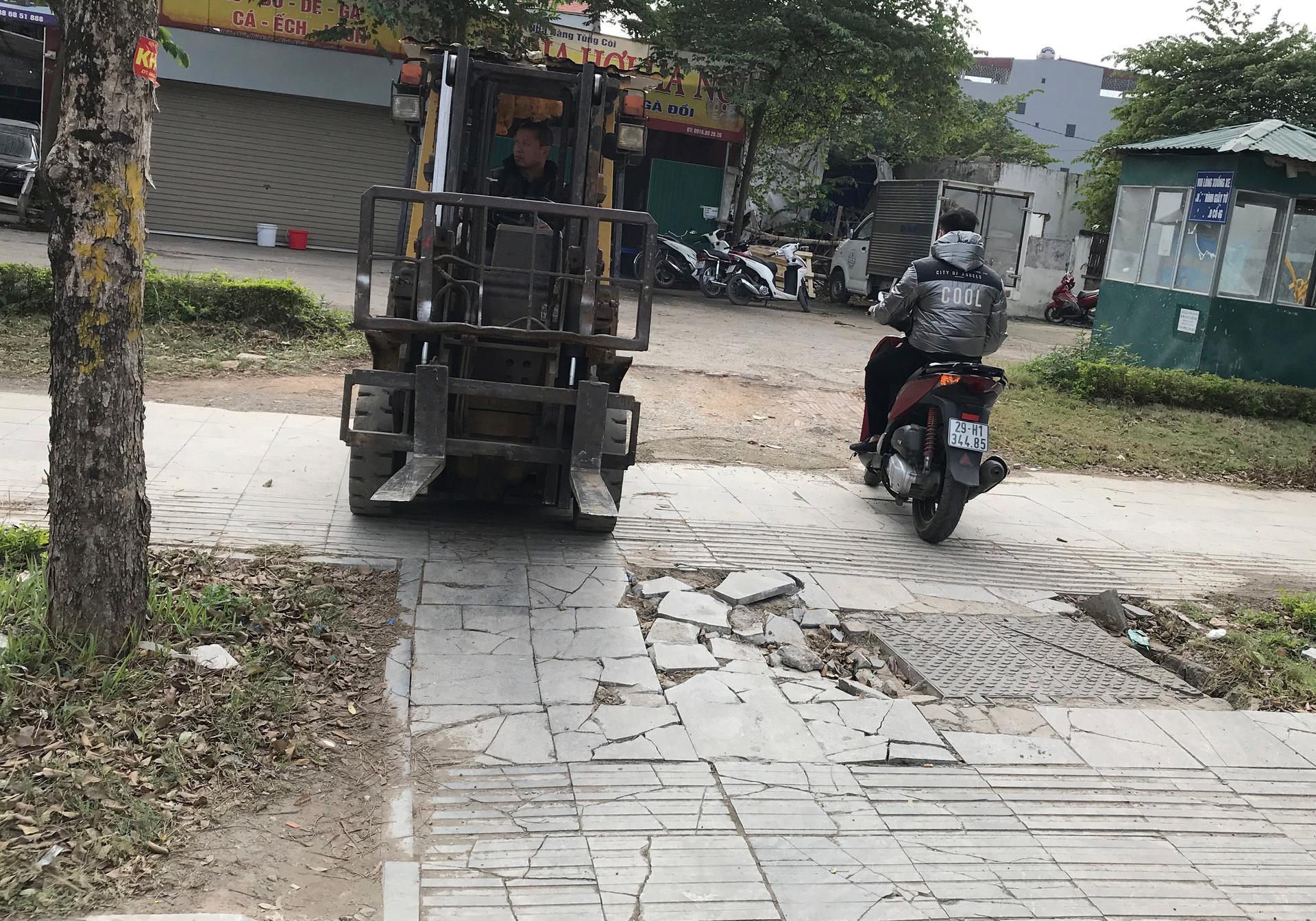 Cận cảnh vỉa hè lát đá bền trăm năm ở Hà Nội vỡ vụn, bong tróc - 2
