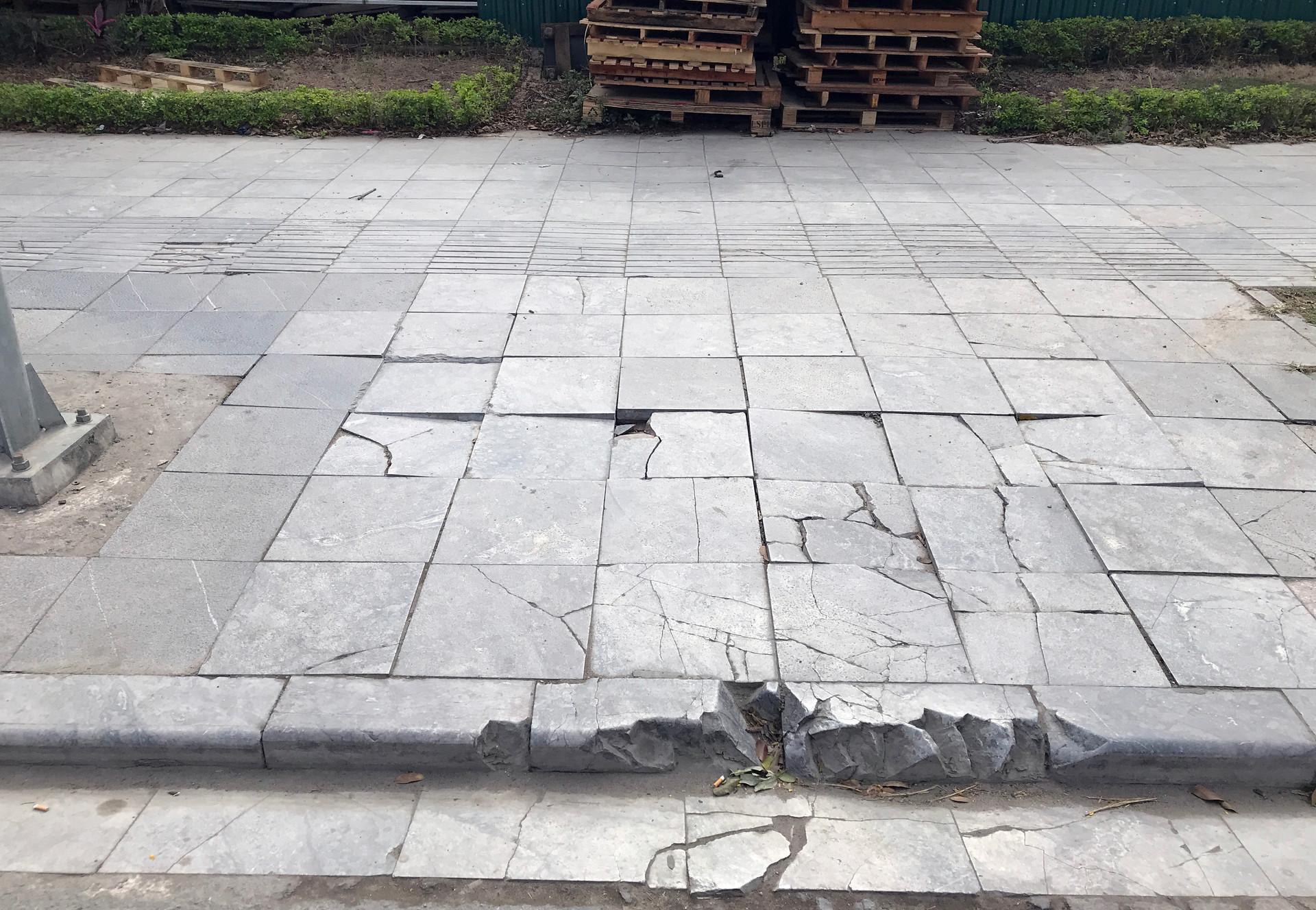 Cận cảnh vỉa hè lát đá bền trăm năm ở Hà Nội vỡ vụn, bong tróc - 3