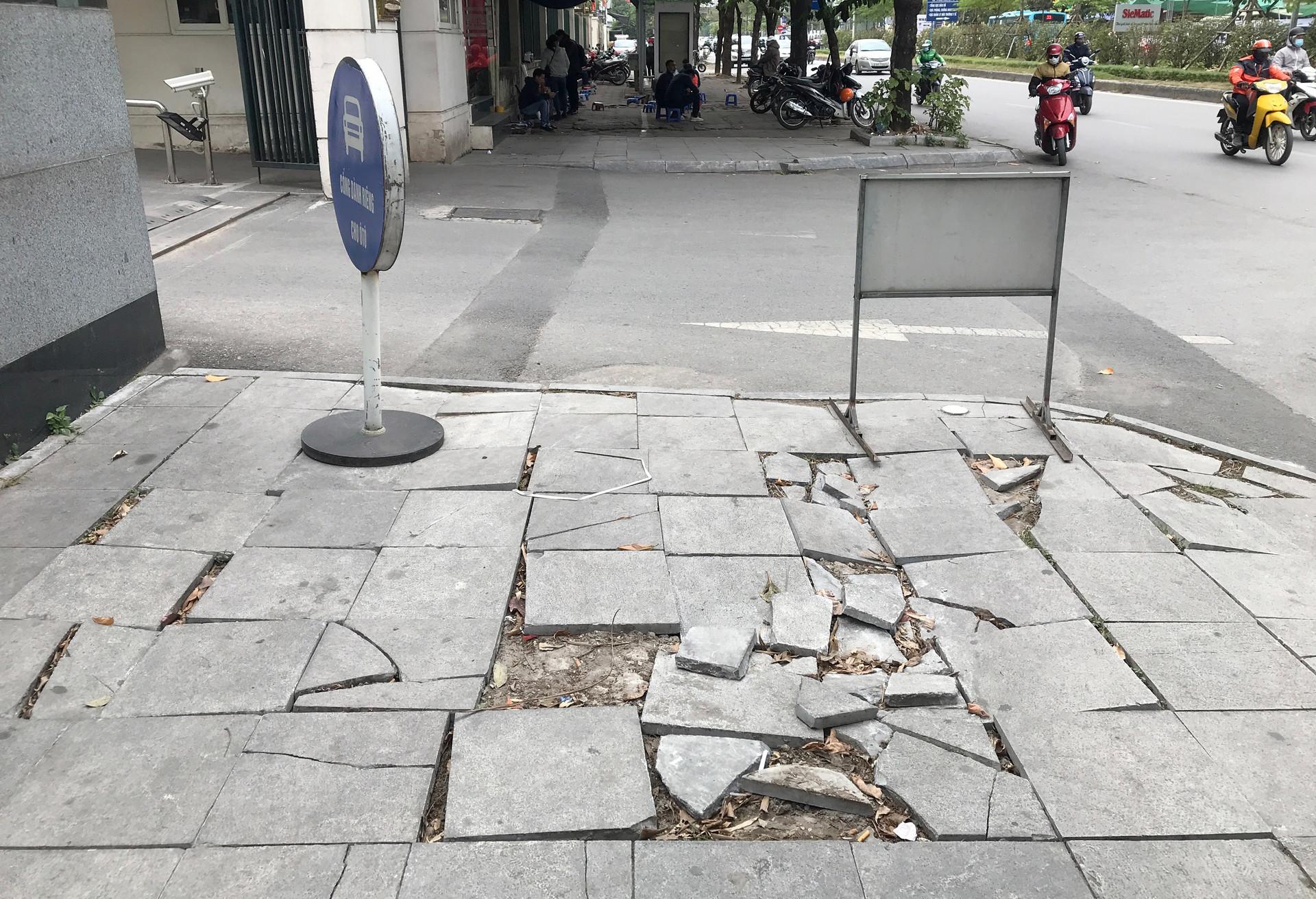 Cận cảnh vỉa hè lát đá bền trăm năm ở Hà Nội vỡ vụn, bong tróc - 12