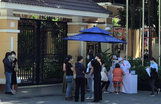 Nhóm phụ huynh đến trường Quốc tế Á Châu trao đổi về vấn đề học phí ngày 20/5. Ảnh:Phụ huynh cung cấp.