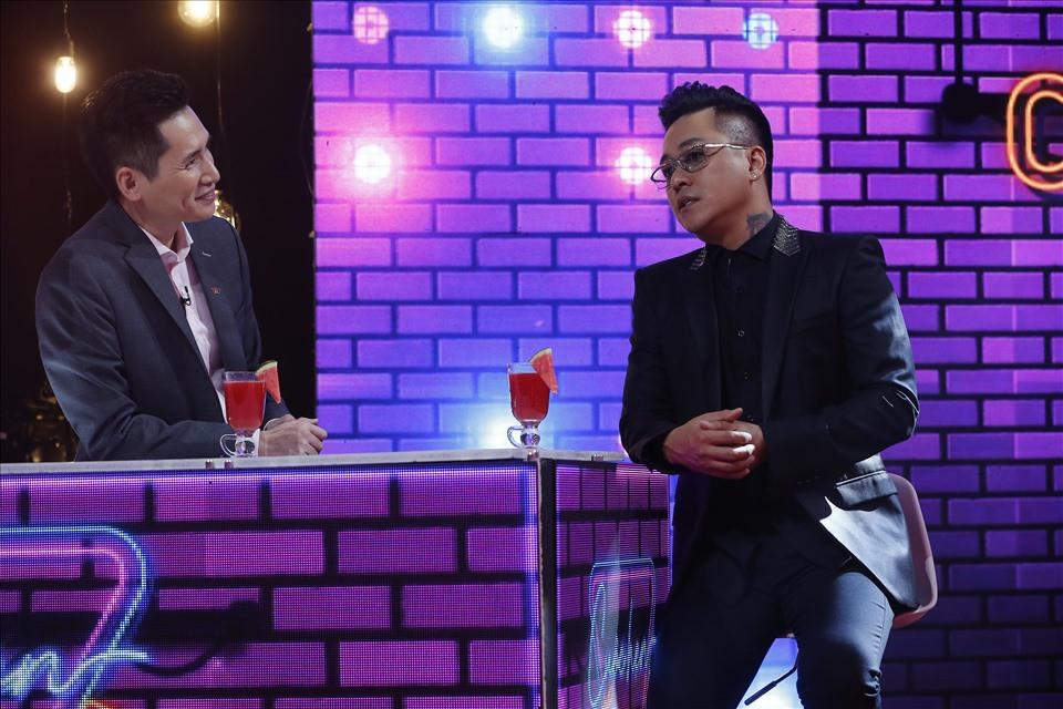 Trong chương trình, Tuấn Hưng có những tiết lộ nhiều kỷ niệm từ những ngày đầu bước đi hát. Ảnh: VTV