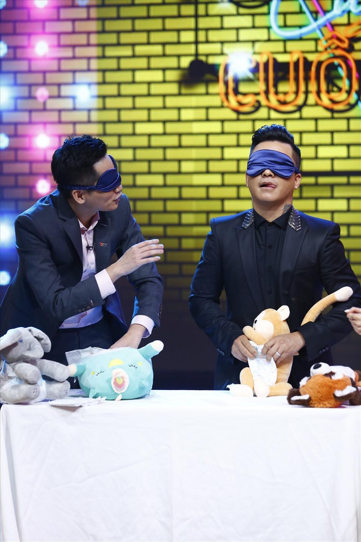 Màn bịt mắt thay bỉm của 2 ông bố mang đến nhiều tràng cười cho khán giả. Ảnh: VTV