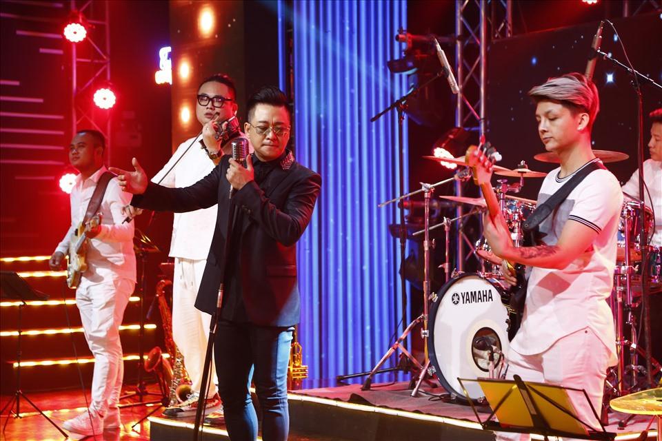 Nam ca sĩ cũng gửi đến cho khán giả những ca khúc gắn liền với tên tuổi của mình. Ảnh: VTV