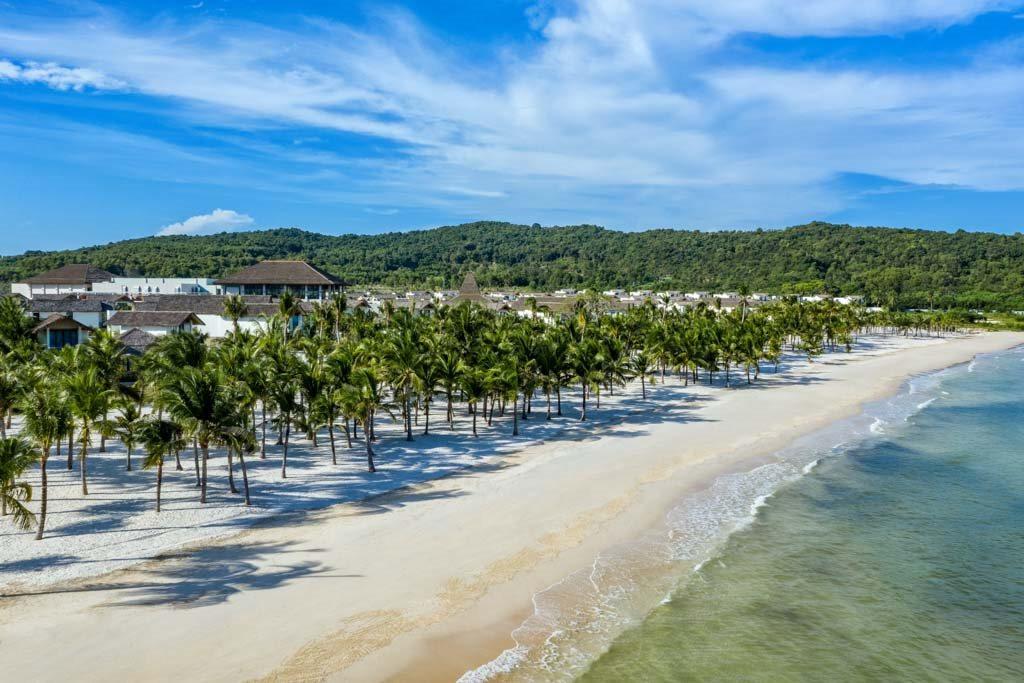 new-world-phu-quoc-resort-co-vi-tri-dac-dia-sat-ben-bai-kem-nam-phu-quoc.jpg