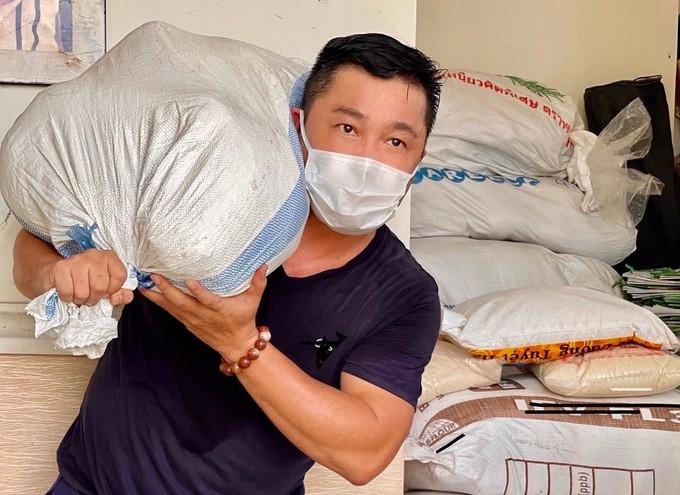 Tài tử Lý Hùng vác thực phẩm từ kho gạo ở nhà riêng ủng hộ người nghèo khi giãn cách. Ảnh: Lý Hương.