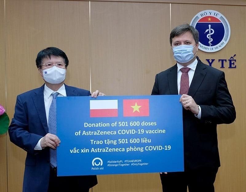 ba-lan-chinh-thuc-ban-giao-cho-bo-y-te-501600-lieu-vaccine-astrazeneca.jpeg